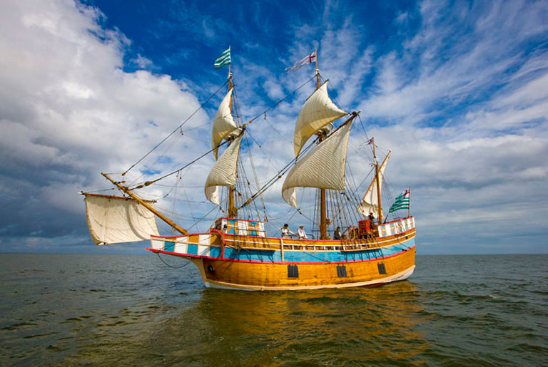 Elizabeth II replica of first ship to land at the Lost Colony sets sail for its 30th Anniversary.